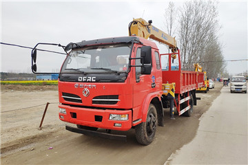 东风福瑞卡6.3吨徐工随车吊货箱4.8米上户7.6吨