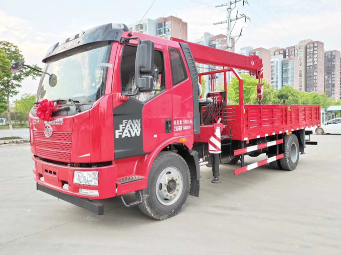 解放J6随车吊180马力货箱5.7米价格多少钱?