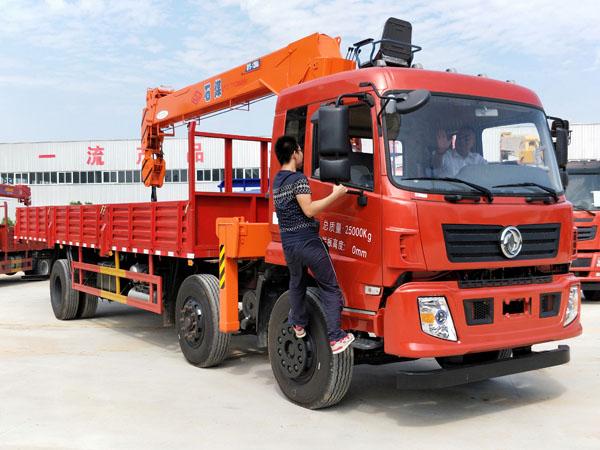 东风小三轴石煤12吨随车吊