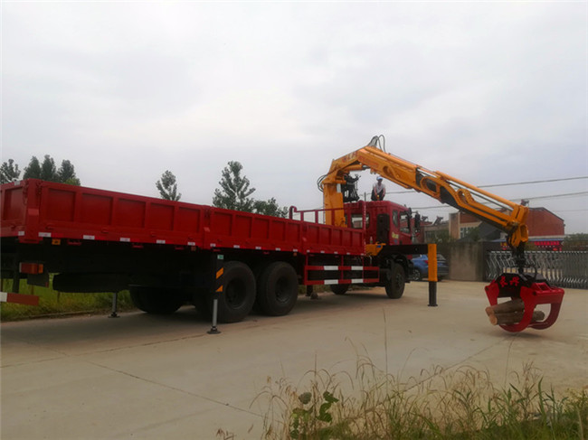 东风特商8吨抓木头随车吊实际作业图片