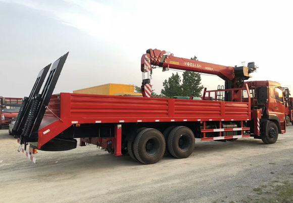 拉挖掘机的东风天龙后八轮12吨随车吊整车外观图片