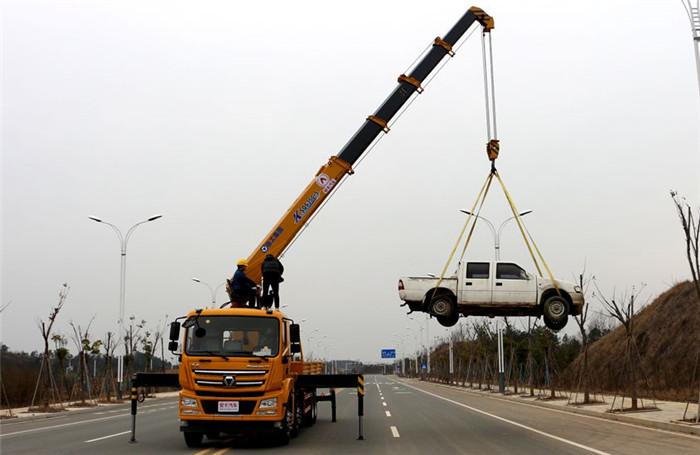 徐工汉风G5前四后八14吨随车吊起重作业图