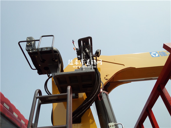 解放前四后八徐工14吨随车吊高空座椅上操作