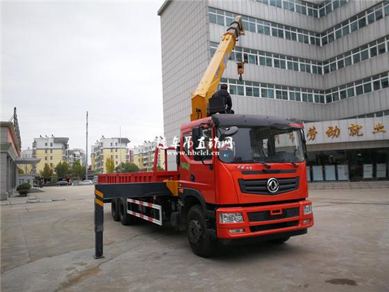 客户正在测试东风特商后八轮徐工10吨随车吊性能