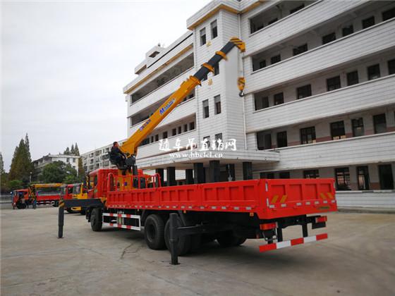 测试东风特商后八轮徐工10吨随车吊大臂伸缩功能